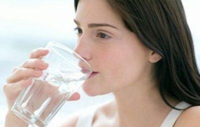 Người bị sỏi bàng quang nên uống nhiều nước