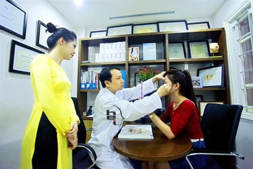 Thăm khám, tư vấn về khuyết điểm mắt của khách hàng