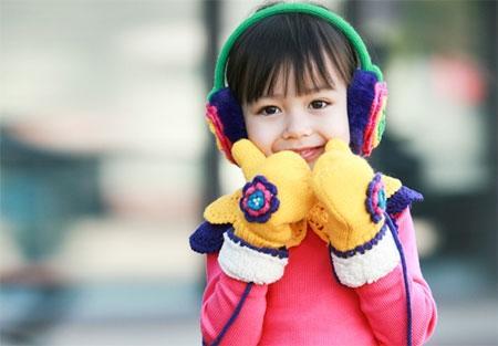 Cho trẻ mặc ấm khi ra ngoài để tránh bị viêm đường hô hấp