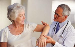 Cách chữa trị bệnh run tay chân ở người cao tuổi