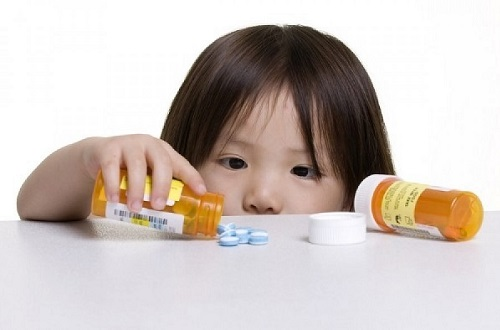 Cho trẻ uống thuốc sai cách có thể gây ngộ độc