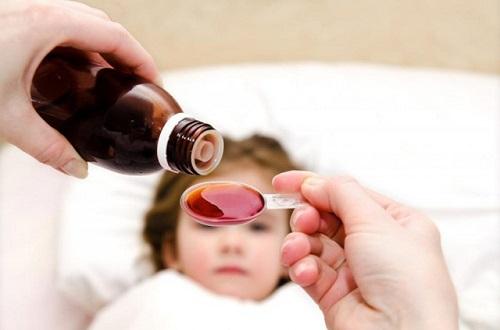 Cho trẻ uống thuốc dạng lỏng các dụng cụ đo thuốc thích hợp